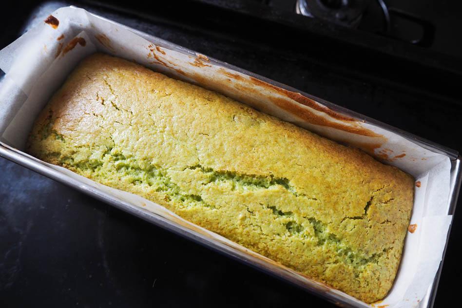 パウンドケーキ型に流し入れて表面を平らにならし、170度のオーブンで30〜40分焼く。